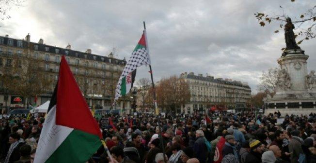المتظاهرون بباريس ضد قرار ترامب يرددون لشعارات تؤكد على أن القدس عاصمة فلسطين الأبدية.