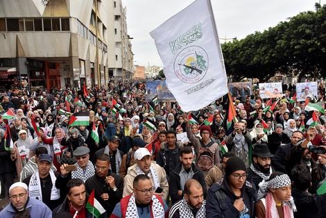 آلاف الغاضبين يحتجون في شوارع الرباط ضد قرار الرئيس الأمريكي