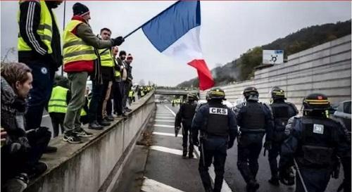 الفرنسيون يحصون خسائرهم بعد يوم ساخن من احتجاجات حركة السترات الصفراء