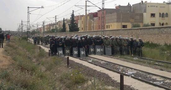 الفــوســـفــــــــــــــــاط:  المتظاهرون شلوا حركة قطارات نقل الفوسفاط  و واجهوا قوات الأمن بالحجارة