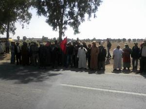 ساكنة دوار أولاد زاد الناس بجماعة اسكورة الحدرة في وقفة احتجاجية أمام مقر عمالة إقليم الرحامنة