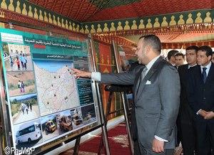 الملك اثناء اطلاقه لإحدى مشاريع المبادرة الوطنية للتنمية البشرية