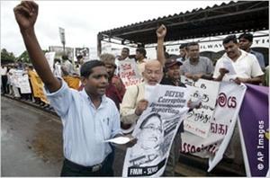 يحتج هنا صحفيون من سريلانكا على مضايقة زملائهم خلال مظاهرة في آب/أغسطس 2007 في كولومبو.
