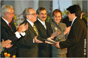 مراسل التحقيقات البيروفي، خوزيه كارلوس باريدس، يستلم جائزة تقديرية عام 2006 عن تقريره حول الفساد يتعلق بجنرال متقاعد في الشرطة.
