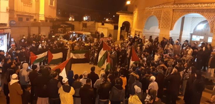 رغم التضييق.. رافضو التطبيع يحتجون أمام المساجد