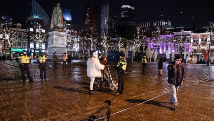 القضاء الهولندي يقضي برفع حظر التجول ويعتبره انتهاكا لحرية التنقل