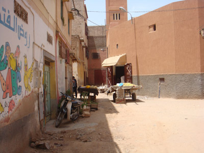 ابن جرير : الباعة المتجولون يحاصرون أبواب المساجد