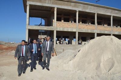 وزير التعليم وعامل الحسيمة يتفقدان أوراش بناء مؤسسات تعليمية   بالحسيمة