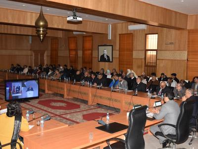 عامل اقليم الرحامنة يتابع أشغال المناظرة الوطنية للجهوية المتقدمة بواسطة البث المباشر.