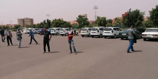 وتستمر معاناة المواطنين بابن جرير مع تجاوزات مهنيي قطاع سيارات الأجرة الكبيرة بفرضهم تسعيرة مزاجية