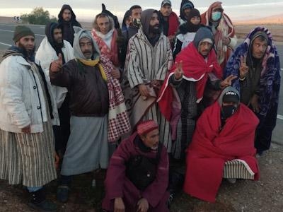 مجموعة عمال مراكز القرب بابن جرير في مسيرة احتجاجية نحو الرباط .
