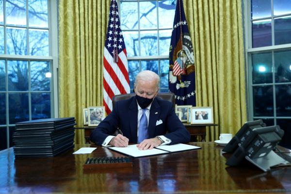 "رسميا: بايدن يوقع 15 قرارا ينهي بها عددا من سياسات ""ترامب"".. فماهي ؟"