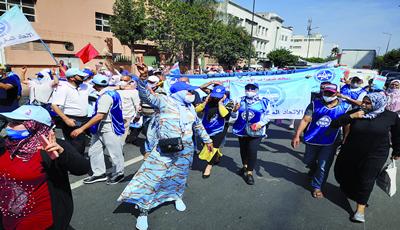 العمال يحتفلون بفاتح ماي بطعم التسريحات والاغلاقات