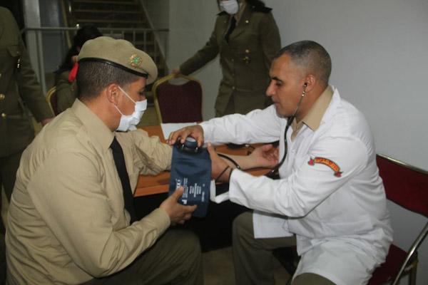 عناصر القوات المساعدة بالرحامنة تشارك في حملة للتبرع بالدم.