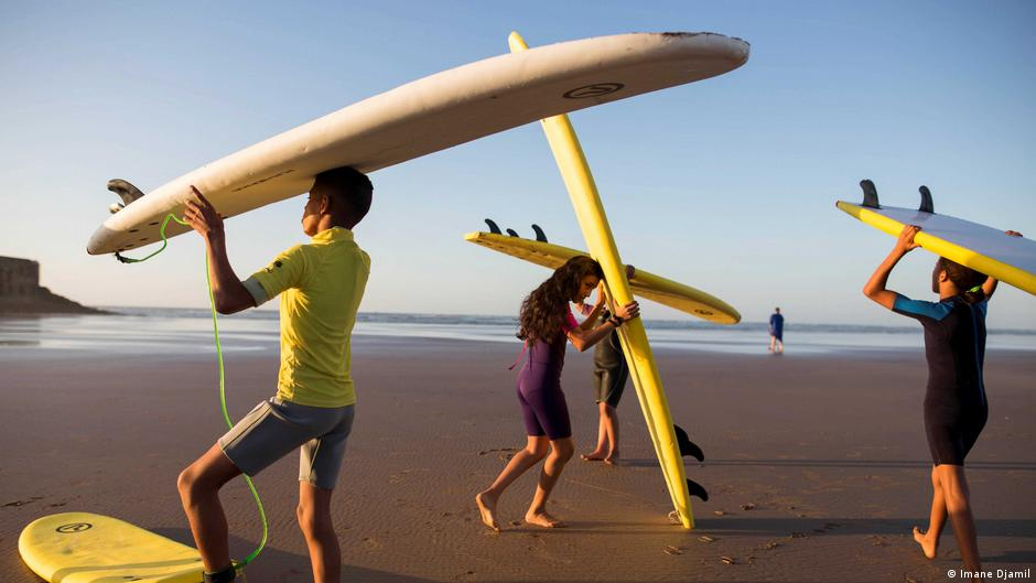 الحكومة تقرر فتح فضاءات الرياضة والحفلات وقاعات السينما والمتاحق والشواطئ ابتداء من فاتح يونيو