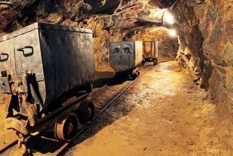 """شركة """"مناجم"""" التابعة للهولدنيغ الملكي تبدأ الإنتاج في أكبر منجم للذهب بغينيا"""
