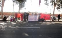 وقفة احتجاجية امام مقر عمالة اقليم الرحامنة  لأعضاء جمعية الحسنى السكنية بحي الأمل بابن جرير.
